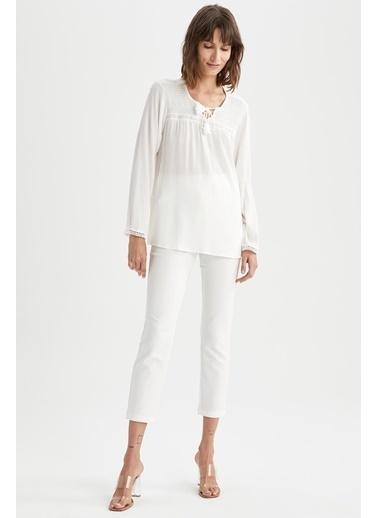 DeFacto Yakası Püsküllü Bağcık Detaylı Uzun Kollu Bluz Beyaz